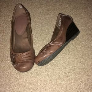 Brown wedge dress shoes